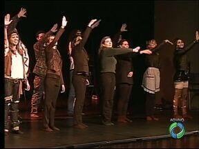 Coro Cidade de Ponta Grossa estreia musical sobre os Beatles - Apresentação no Cine Ópera terá quinze sucessos da banda
