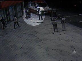 Imagens mostram assassinato de jornalista em frente a supermercado - A polícia ainda não tem pistas do guardador de carros suspeito de ter matado o jovem a facadas.