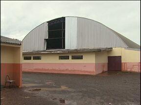 Goteiras atrapalham aulas em escola municipal - O problema só deve ser resolvido em dois meses.