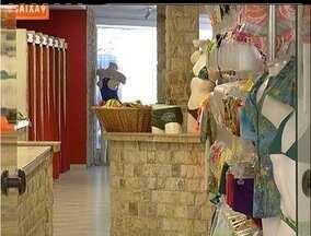 Loja da Rua dos Biquínis é assaltada em Cabo Frio, RJ - Criminoso força a porta da loja por mais de 5 minutos sem ser notado.Comerciantes pedem mais policiamento, principalmente durante a noite.