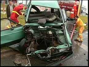 Adolescente bate carro na Rodovia João Mellão, em Avaré, SP - O acidente ocorreu na manhã desta terça-feira (28) em um trevo na altura do quilômetro 255,5. Segundo a polícia, o carro em que os garotos estavam foi atingido por um caminhão ao passar pelo cruzamento.