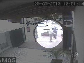 Imagens mostram assalto a shopping no bairro do Imbuí - A gravação mostra como os bandidos agiram com rapidez. Eles renderam os dois vigilantes, roubaram clientes e levaram cerca de R$ 100 mil em mercadorias de joalheria.