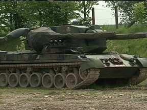 Desmanche de tanques de guerra movimenta fortuna na Alemanha - O metal reciclado de cada tanque pode valer até R$ 800 mil. Em Rockensussra, a empresa de desmanche compra os tanques dos governos europeus, que assumem o compromisso de investir o dinheiro em projetos sociais.