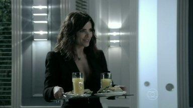 Aline prepara um sanduíche para César - O médico aconselha uma paciente que pretende interromper a gravidez