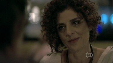 Vega pede para Atílio tomar cuidado com Félix - Ela levanta a hipótese de o vilão estar enganando a própria família, mas Atílio descarta a possibilidade de um golpe