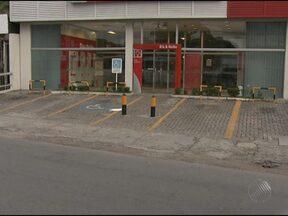 Polícia procura grupo de dez homens que assaltou agência bancária em Salvador - O crime aconteceu na tarde de segunda-feira, na Avenida Barros Reis. Segundo a polícia, os homens chegaram a atravessar um carro na pista bloqueando a avenida sentido Rótula do Abacaxi.