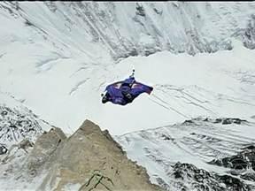 Russo bate o recorde de salto de base jump no Monte Everest - Valery Rozov, de 48 anos, escolheu o Everest para o maior salto do mundo de base jump. Ele treinou dois anos para realizar a façanha. Uma indiana se tornou a primeira mulher amputada ao chegar ao topo da montanha, que foi conquistada há 60 anos.