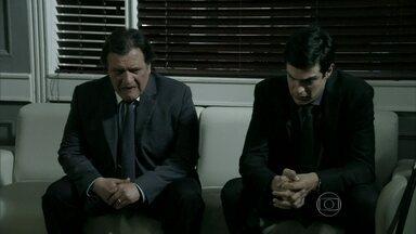 Félix convence Atílio a ir ao jantar em sua casa - O vilão finge estar arrependido do golpe que tramou contra César