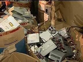 Saiba como descartar o lixo eletrônico - Alguns metais são muitos perigosos e se jogados no lixo comum podem se infiltrar no solo e acabar chegando nos alimentos através da água . É muito importante que o lixo eletrônico tenha um descarte diferenciado.