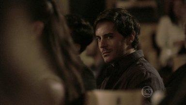 Nicole e Thales trocam olhares durante concerto - A jovem não sabe, mas ele está na verdade atrás de Leila