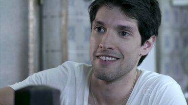 Luciano consegue o emprego no hospital - Bruno se oferece para pagar as mensalidades atrasadas da faculdade do irmão e se preocupa com a conversa séria que Paloma quer ter com ele