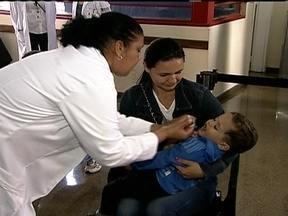 Começa campanha de vacinação contra a paralisia infantil - Este sábado (9) é o Dia D de combate à poliomielite e mais de mil postos de saúde estão abertos até as 17h. Há 24 anos não há registro da doença no país. A campanha segue até 21 de junho.
