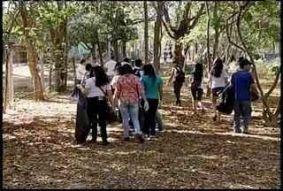 Universitários passaram a manhã deste sábado (8) no Parque Sapucaia pra mutirão de limpeza - Pelo menos 60 universitários de Montes Claros participaram da faxina.