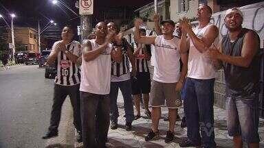 Torcedores do Santos protestam em frente a Vila Belmiro - Para a diretoria do clube, o protesto foi pacífico e é direito dos santistas
