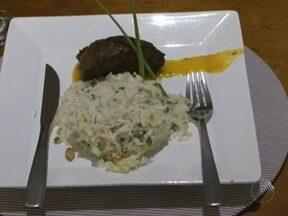Aprenda fazer uma deliciosa picanha com molho de manga e arroz - O melhor é que os ingredientes são simples e dá até para aproveitar o arroz que sobrou do dia anterior.