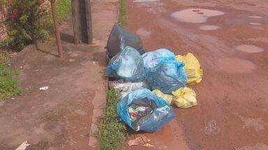População reclama da deficiência na coleta de lixo, em Macapá - População volta a reclamar da deficiência na coleta de lixo. No bairro Jardim Marco Zero, em Macapá, o serviço não foi prestado nesta semana. Resultado: lixo espalhado pelas ruas.