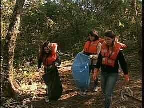 Estudantes e Polícia Ambiental limpam trecho do rio Ivaí - Essa foi uma das atividades da semana do Meio Ambiente