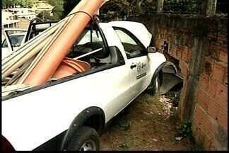 Carro do Sanear perde o controle e bate em muro em Colatina, no Noroeste do ES - Sanear diz que vai pagar todos os prejuízos.