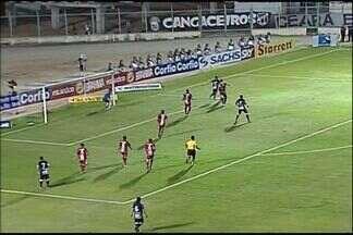 De cara para o gol, Eric chuta em cima do goleiro do Boa Esporte - Luiz Henrique cruza pela esquerda, Eric fica com a bola e, de cara para o gol, chuta em cima do goleiro Leandro, que faz bela defesa, em Horizonte