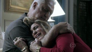 Pilar culpa César por seus conflitos com Paloma - As duas discutem por causa do jantar de noivado de Bruno e Paloma. Félix separa a briga entre a mãe e a irmã