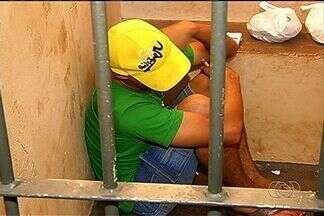 Preso, jovem confessa ter esquecido alvará de soltura ao furtar casa em GO - A polícia prendeu na quarta-feira (12) um jovem de 22 anos que teria deixado o alvará de soltura e um termo de liberdade provisória em uma residência que furtou, em Rio Verde, na região sudoeste de Goiás.