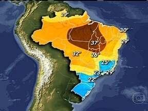 Dia é marcado pela chuva no litoral do Nordeste - Esta quinta-feira (13) é mais um dia de chuva no litoral do Nordeste. No Rio de Janeiro, uma névoa úmida cobre a capital do estado. Os motoristas devem trafegar com cuidado pela PA-275 por causa das queimadas.