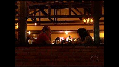 Casais comemoram Dia dos Namorados em Penedo, no Sul do RJ - Colônia finlandesa possui várias opções de restaurantes; gastronomia sofisiticada e clima frio colaboraram para o clima de romance.