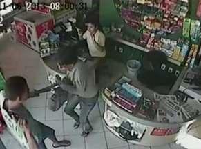 Mulher resiste a assalto a mão armada em Itabuna; veja imagens - Câmeras de segurança do estabelecimento flagraram a situação.