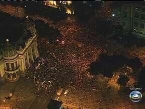 Manifestantes ocupam a Cinelândia, no Rio - Todas as pistas da Avenida Rio Branco estão interditadas. Não há registros de tumulto no protesto desta quinta-feira (13).