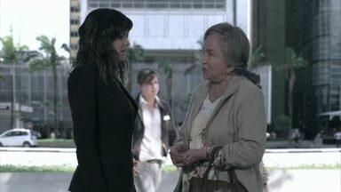 Dona Bernarda pergunta a Aline se ela sabe quem é a amante de César - Dona Bernarda pergunta a Aline se ela sabe quem é a amante de César