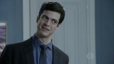 Félix fala ao pai sobre a contratação de Eron - Ele pede que Eron ocupe o cargo da tia Priscila