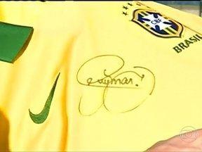 Neymar manda presente para menino taitiano - O filho do treinador da seleção do Taiti é um grande fã do craque brasileiro. Neymar mandou uma camisa autografada para o jovem fã.
