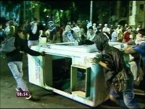 Após manifestação pacífica, grupo causa vandalismo nas ruas do Centro do Rio de Janeiro - Quem protestava em paz reprovou atitude de minoria