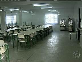 Escola estadual é reformada em Caxias - Os alunos precisaram ser transferidos por causa das condições estruturais dos colégios. As salas da Escola Estadual Nova Campina foram reformadas e o teto do pátio foi trocado. A escola municipal continua em obras.