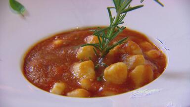 Nhoque, de origem italiana - Chefs Laís Albuquerque e Júlio Rafael ensinam a fazer a massa, com molho de tomate.