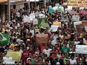 Manifestantes vão para as ruas de Uberlândia e pedem mudanças - Grupo chega a Prefeitura e muros são pichados com palavras de protesto.Mais de 20 mil pessoas percorreram as ruas da cidade.
