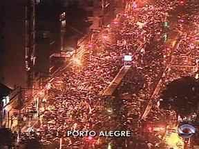 Confira imagens do protesto em Porto Alegre nesta quinta-feira (20) - No final da tarde, manifestantes se concentraram em frente a prefeitura da cidade.