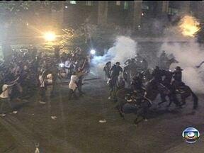 Veja imagens do confronto entre policiais e manifestantes no Rio - A manifestação começou pacífica, mas um pequeno grupo de vândalos começou o quebra-quebra. O Terreirão do Samba ficou completamente destruído.