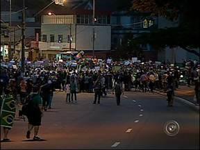 Manifestantes fecham a rodovia Anhanguera em Jundiaí, SP - Em Jundiaí (SP) a manifestação desta quinta-feira teve confronto com a polícia e depredação. Um grupo fechou a rodovia Anhanguera. Foram quatro horas de congestionamento e confusão.