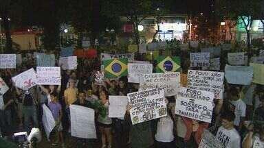 Região de Ribeirão Preto, SP, tem protestos pacíficos - Pessoas foram para a rua com cartazes pedindo melhorias na saúde e na educação.