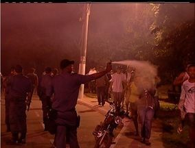 Manifestação em Búzios, RJ, acaba em confronto com a polícia - No final da manifestação, grupo tentou quebrar ônibus da Salineira.Polícia usou gás e balas de borracha para conter manifestantes.