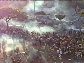 Policiais e manifestantes entram em confronto em Salvador - Na tarde da última quinta-feira (20), os policiais, que usam gás lacrimogêneo e gás de pimenta, fizeram dois cordões de isolamento para conter os manifestantes.