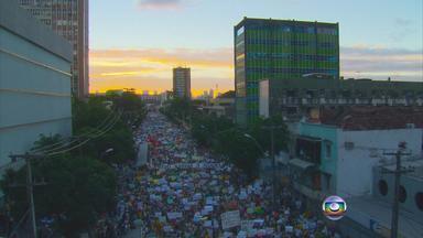 Mobilização marcada nas redes sociais começou mais cedo no Recife - A articulação feita com a ajuda da internet estava marcada para as 16h, mas quase duas horas antes, a multidão estava se reunindo nas ruas.