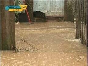 Primeiro dia de inverno será chuvoso no Paraná - Fortes chuvas que atingem o estado provocaram alagamentos