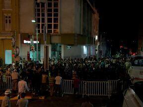 Policiamento é reforçado na Praça Municipal durante os protestos da última quinta - Manifestantes e turistas dividiram espaço no centro histórico de Salvador em clima de paz.