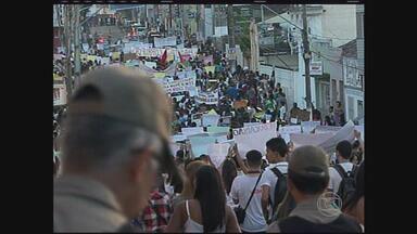 A quinta-feira também foi de manifestação em Garanhuns - Centenas de pessoas saíram em caminhada pelas ruas da cidade agrestina.