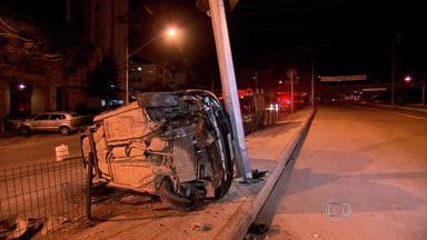 Motorista fica ferido em capotagem no bairro Cidade Nova, em Belo Horizonte - Ele foi encaminhado para o Hospital de Pronto-Socorro Risoleta Tolentino Neves.