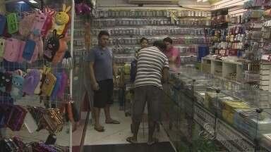 Comércio e trânsito têm rotina alterada devido manifestação em Manaus - CDL e Associação Comercial do Amazonas recomendaram que comerciantes fechassem estabelecimentos até as 14h.