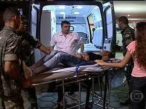 Mais de 60 pessoas ficam feridas após manifestação - A maioria foi atingida por pedras ou balas de borracha. Manifestantes ajudam a socorrer uns aos outros. A Comissão de Direitos Humanos da OAB esteve no hospital para investigar a denúncia de que havia pacientes sendo atendidos algemados.