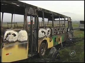Ônibus com 40 passageiros pega fogo em estrada de Araçatuba, SP - Um ônibus que seguia de Bilac (SP) para Araçatuba (SP) nesta sexta-feira (21), pegou fogo durante o trajeto. O veículo tinha 40 passageiros, entre estudantes e trabalhadores, no momento do incidente.